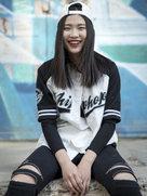 棒球服少女街拍 帅气中不失女人味-潮人