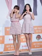 韩国女团APINK现身发布会 秀美腿白到发光-韩国女明星