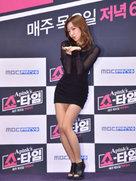APINK最新美照 一袭紧身黑裙大秀美腿-韩国女明星