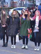 EXID街拍美图 造型简约不失俏皮-韩国女明星