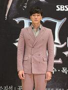 苏志燮亮相新剧发布会 简约西装造型尽显型男风范-韩国男明星