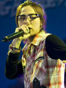 GD演唱会高清照片 全情投入观众入迷-韩国男明星