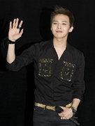 权志龙高清美照来袭 全黑LOOK酷帅十足-韩国男明星