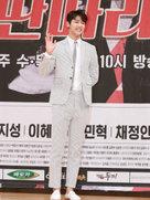 CNBLUE亮相发布会 条纹西装装扮优雅又不失帅气-韩国男明星