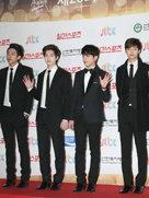 CNBLUE帅气亮相记者发布会 全黑Look堪称行走的衣架-韩国男明星