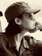 许晴工装墨镜演绎帅气风 一头短发清爽干练-中国女明星