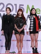 女团APINK全黑look现身时装秀发布会 造型干练秀美腿-韩国女明星