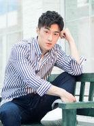 袁福福夏日写真 穿条纹衬衫清爽简约-中国男明星