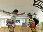 国外两姐弟表演超高滑板技能令人咋舌-猎奇图片