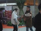 文章为记者送千元红包 大女儿懂事抱妹妹-八卦爆料