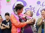 """82岁""""鬼后""""罗兰遭男星又搂又抱 撩出少女娇羞-娱乐组图"""