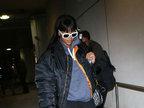 蕾哈娜酷炫墨镜配拖鞋 过安检高举手臂超配合-娱乐组图