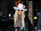 Lady Gaga皮草搭长裙出街 头戴粉花俏皮-娱乐组图