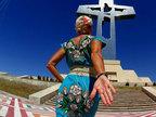 说走就走!49岁离婚女子穿婚纱环游世界-猎奇图片