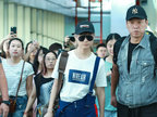 李宇春半搭背带玩转时尚 获迷妹跟拍面无表情酷帅满分-娱乐组图