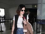 露西・海尔独自亮相机场 墨镜遮面竟然撞脸瑟琳娜・戈麦兹-娱乐组图