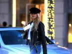 嫩模夏洛特・麦金尼街头漫步 修长美腿优雅姿态令豪车都黯然失色-娱乐组图