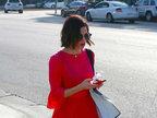 珍娜・迪万身着红色翩跹长裙火辣性感 低头玩手机懒理镜头-娱乐组图