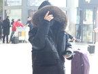 宁静现身机场把自己裹成粽子 脱帽安检露凌乱短发和辣眼妆容-娱乐组图
