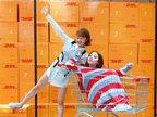 紫宁穿蓝白红毛衣 坐在购物车里超级可爱-娱乐组图