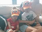 范玮琪晒双胞胎儿子合照 带同款卡通帽子-娱乐组图