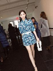 娜扎时装周看秀 印花套装清新优雅气质出众