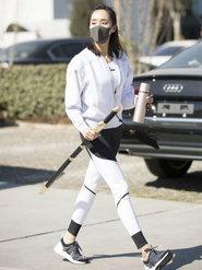 王智一身运动装扮持剑现身