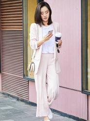 王智一身粉色西装帅气出街
