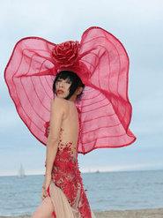 白灵海边拍摄时尚写真 绣花透视拖尾长裙秀美腿