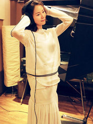 江一燕首次尝试说唱 穿白裙文艺范十足