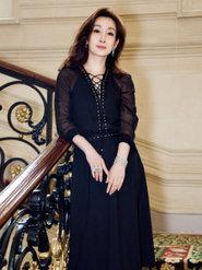 秦海璐现身法国 穿黑色连衣裙展示姣好身材