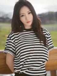 柳岩身穿黑白条纹T恤 小清新甜笑似少女