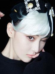 张馨予挑战白发造型 演绎灵动小魔女