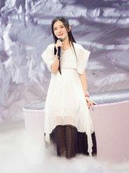 画风突变!谢娜穿飘逸白长裙也玩起天仙范儿