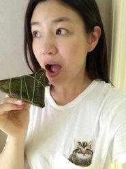 陈妍希素颜吃肉粽 皮肤白嫩产后仍似少女