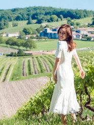 秦海璐法国演绎异国风情 一身白裙曲线尽显