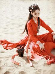 戚薇红衣诠释沙漠风情