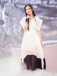 谢娜身穿飘逸纱裙  仙气十足