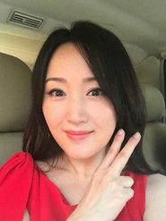 杨钰莹身着大红裙助力高考 皮肤白皙似少女