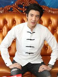 王力宏白色盘扣衬衫大走中国风 展暖男笑容