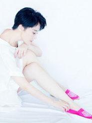 许晴一身白衣搭配粉嫩小鞋