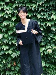 张宥浩中戏毕业身穿学士服 帅气十足