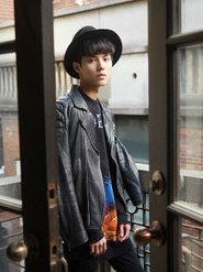 廖鹏飞皮质夹克搭配泼墨感黑色卫衣时尚潮男范儿