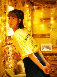 袁冰妍文艺范儿写真 白色T恤搭配短裙少女味十足