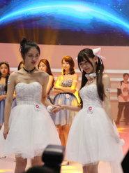 showgirl身穿白色礼服清纯靓丽