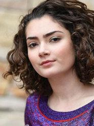艾米丽·罗宾逊拍摄写真 小卷发俏皮可爱眼神凌厉