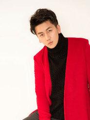 康磊红色写真率性时尚酷帅十足 阳光勾勒出完美的轮廓