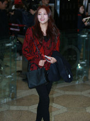 人氣女團AOA現身機場 潮裝曬美腿超養眼