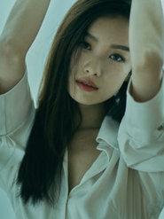 倪妮身穿白衬衫魅惑微笑锁骨裸露性感抢镜 妆容精致眉目如画