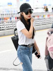 韩国女团APINK街拍 简单T恤穿出时髦感
